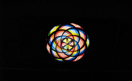 Placa de linterna mágica abstracta expuesta en el Museu de Cinema de Girona