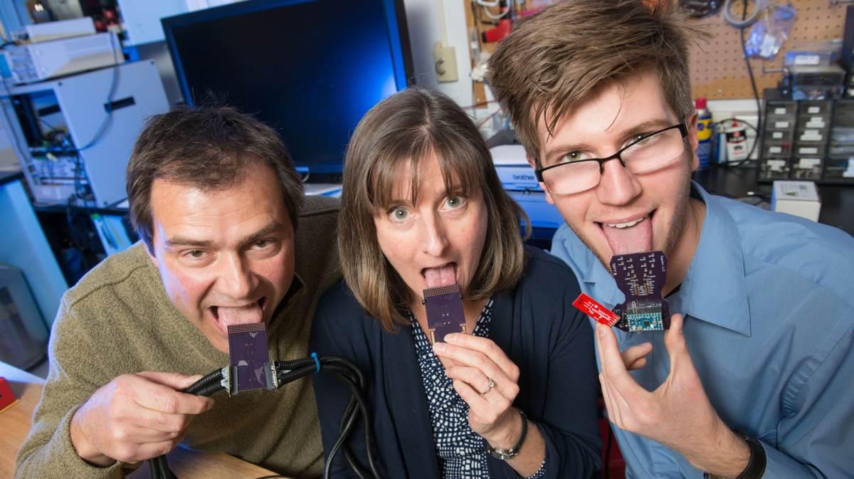 El Dr. John Williams, profesor de ingeniería mecánica; la Dra. Leslie Stone-Roy, profesora de neurociencia; y J J Moritz, estudiante licenciado, están desarrollando un dispositivo para escuchar a través de la lengua.